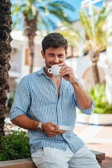 Homem feliz tomando café de manhã