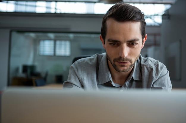 Homem feliz trabalhando em um laptop