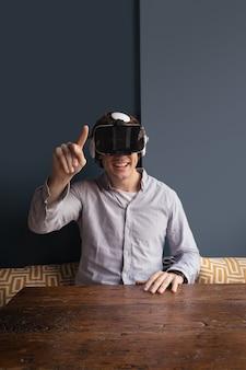 Homem feliz usando fone de ouvido de realidade virtual