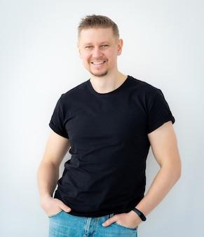 Homem feliz, vestindo camisa preta