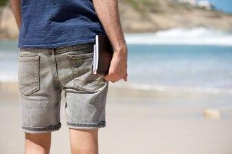 Homem, férias, segurando, diário, livro, praia