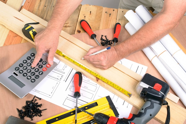 Homem fez uma peça de mobiliário com várias ferramentas de carpintaria