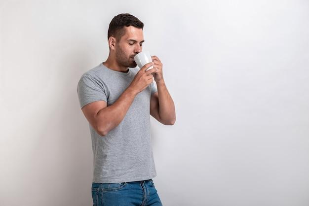 Homem fica com a xícara de chá da manhã ou café e beber com prazer.