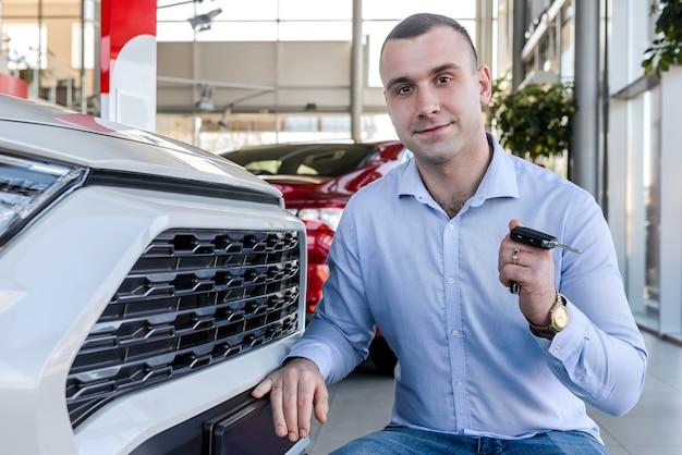 Homem fica feliz em comprar carro novo