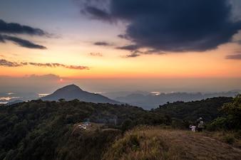 Homem fica na montanha superior e tirar foto da montanha