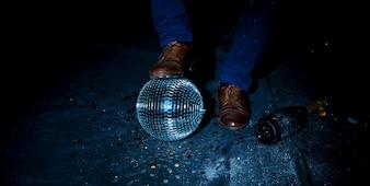 Homem, ficar, chão, com, bola discoteca
