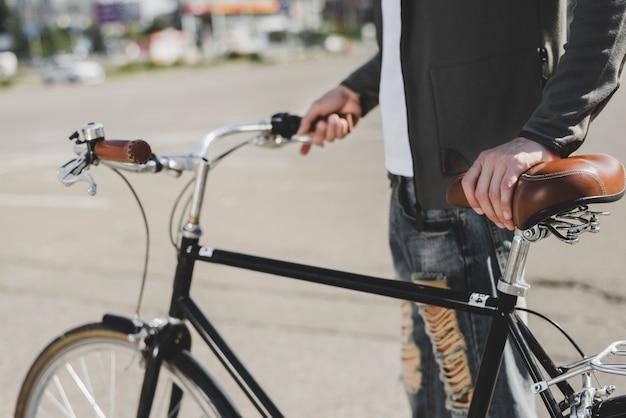 Homem, ficar, com, bicicleta, ligado, estrada