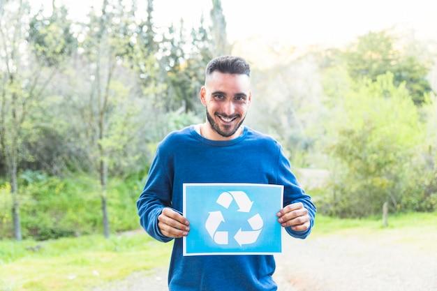 Homem, ficar, com, recicle símbolo, em, madeiras