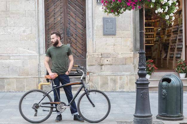 Homem, ficar, com, seu, bicicleta, ligado, pavimento