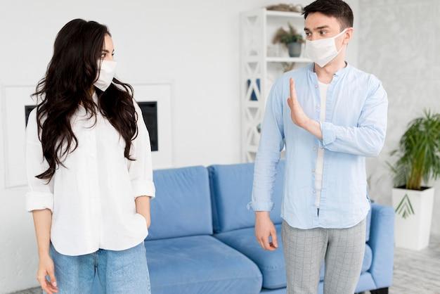 Homem ficar longe de mulher com máscara facial