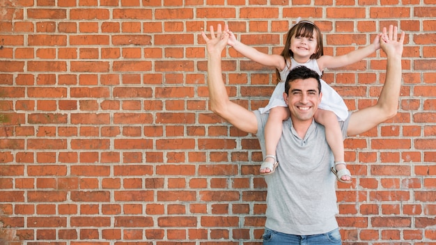 Homem, filha, celebrando, pais, dia