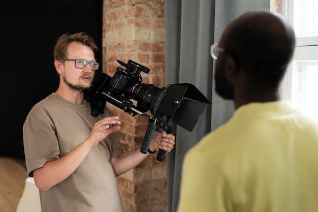 Homem filmando com câmera profissional