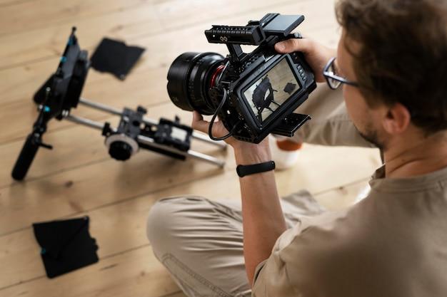 Homem filmando com uma câmera profissional para um novo filme