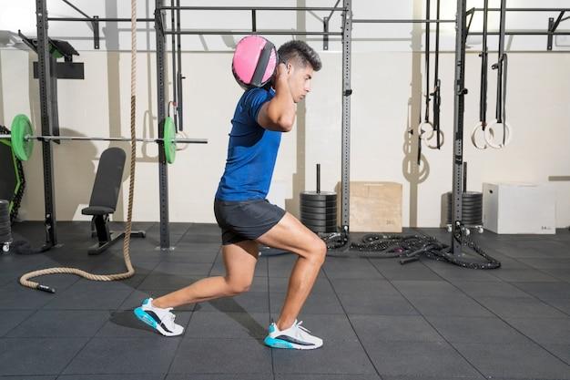 Homem fitness fazendo treinamento funcional na academia