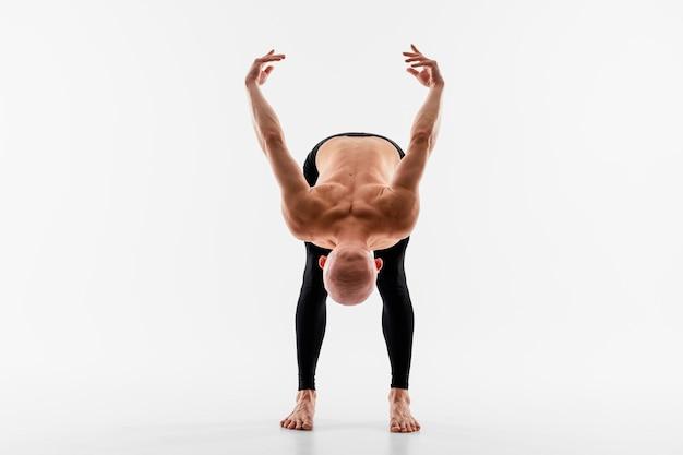 Homem flexível com fundo branco