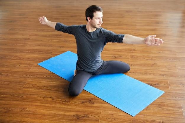 Homem flexível praticando ioga