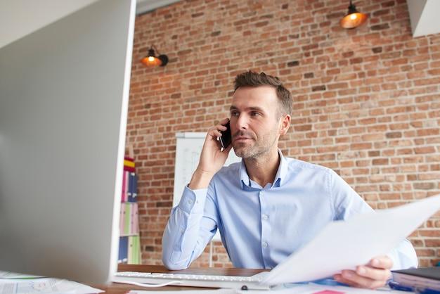Homem focado enquanto trabalha no computador