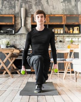 Homem focado, exercício com halteres