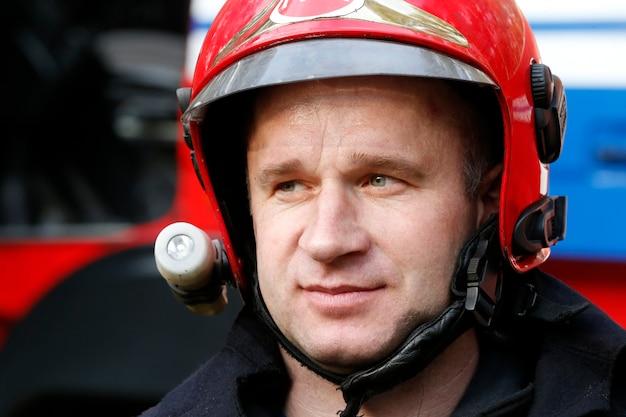 Homem-fogo. retrato de um homem que trabalha como bombeiro