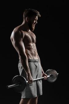 Homem forte com peso no perfil. fundo escuro isolado