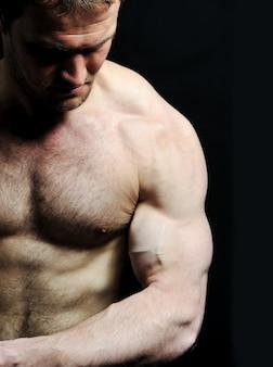 Homem forte com um corpo helthy