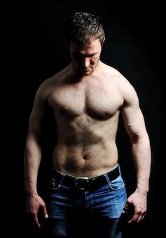 Homem forte com um corpo saudável