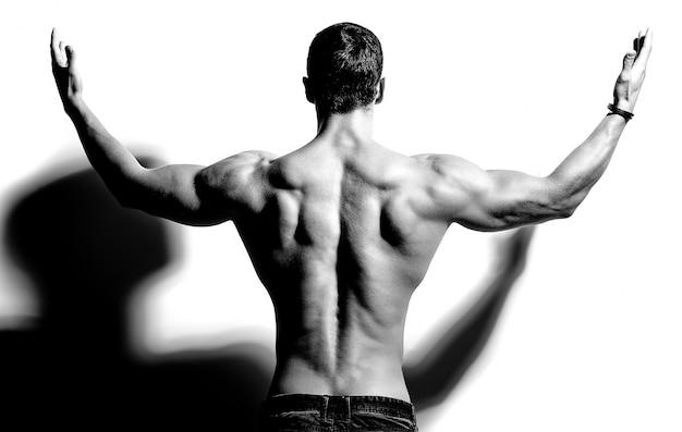 Homem forte de volta em preto e branco