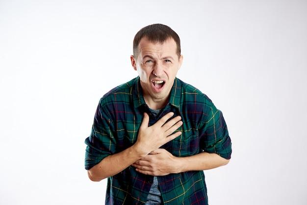 Homem forte dor no peito, problemas de saúde, doença