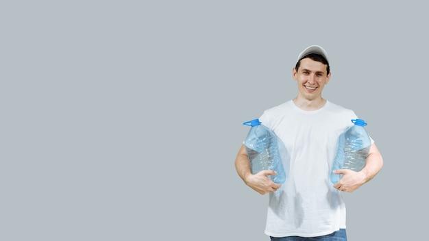 Homem forte entregador de água com duas garrafas.