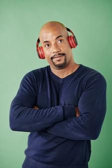 Homem forte ouvindo musica