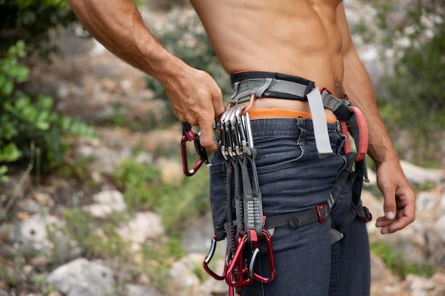 Homem forte se preparando para escalar Foto gratuita