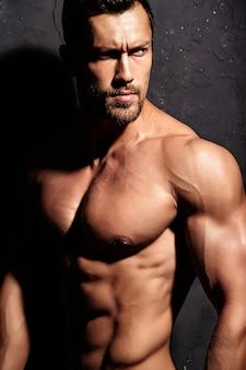 Homem forte sem camiseta