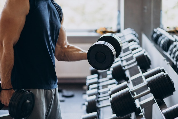 Homem forte treinando na academia