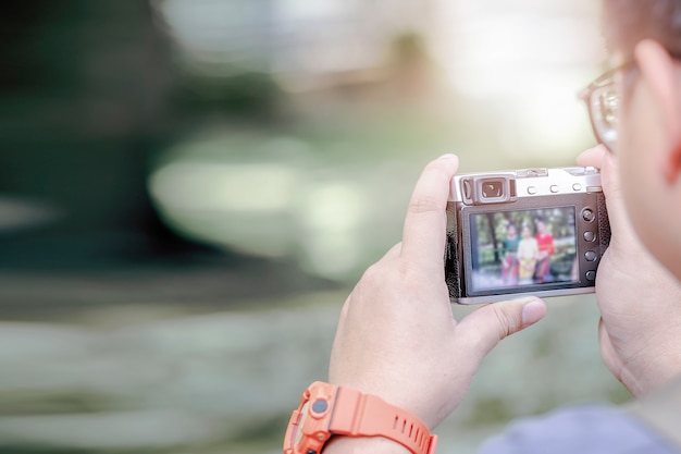 Homem, fotografia levando, com, câmera digital