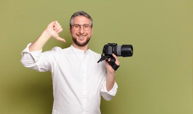Homem fotógrafo de meia idade