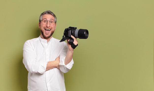 Homem fotógrafo de meia-idade