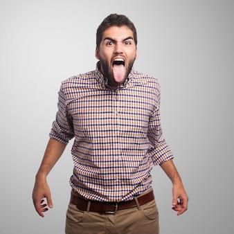 Homem frustrado com a língua para fora