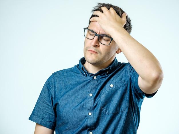 Homem frustrado com dor de cabeça isolado