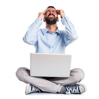 Homem frustrado com laptop