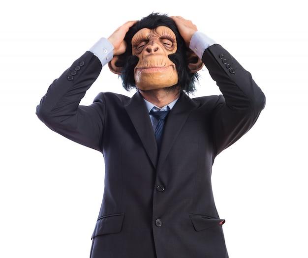 Homem frustrado do macaco sobre o fundo branco Foto gratuita