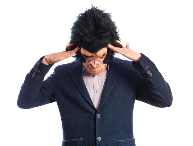 Homem frustrado do macaco sobre o fundo branco