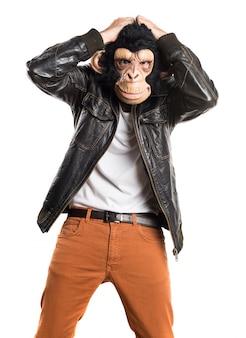 Homem frustrado do macaco