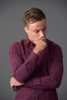 Homem frustrado mergulhado em pensamentos