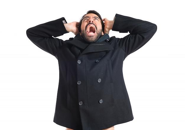 Homem frustrado sobre fundo branco