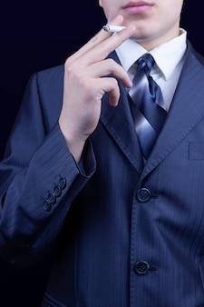 Homem fumando cigarro fundo azul