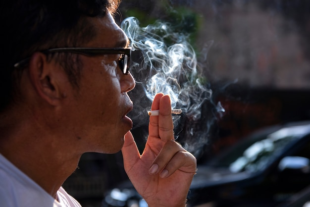 Homem, fumar, em, público, lugares
