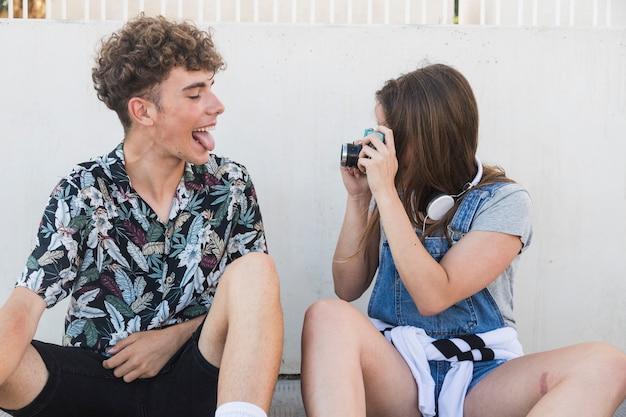 Homem, furar, dela, língua, enquanto, dela, namorada, levando, fotografia, com, câmera