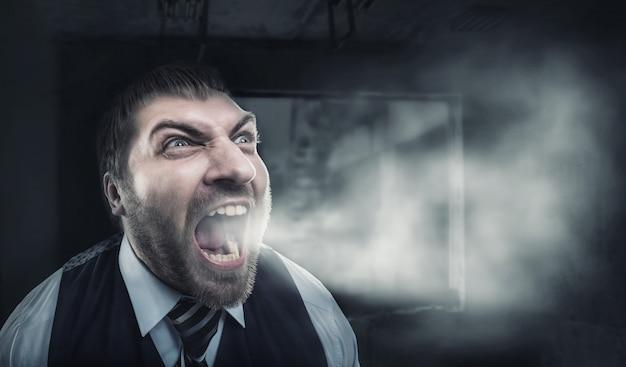 Homem furioso gritando