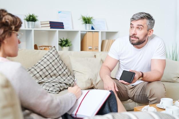 Homem furioso, mostrando o vídeo de adultério de esposas