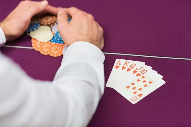 Homem ganhando no poker com royal flush